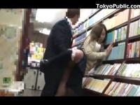 書店で立ち読み中に痴漢されても恐怖で抵抗できないJK
