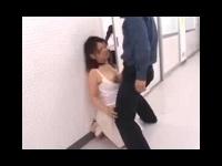 授業参観で他の子の爆乳お母さんを痴漢して、廊下でHな事をしちゃうお父さ...