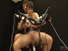 アクメ自転車 電動バイブをサドルに固定したアクメ自転車に乗る巨乳な美女...