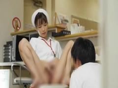 素人 欲求不満の淫乱痴女ナースが患者を誘惑してナースステーションでセッ...