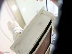 個人撮影 素人 盗撮 激カワアパレル店員さんのドスケベなピンクサテンPを...