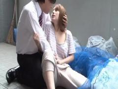 ゴミ出しの時に会った近所の奥さんが胸チラしまくり屈んだときにケツが魅...