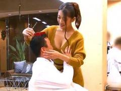 巨乳美容師さんが胸チラで男性客を誘惑して勃起させたチンポを手コキして...