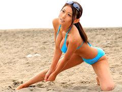 顔もスタイルも最高なビーチバレー若妻の美巨乳でパイズリ奉仕させビキニ...