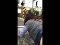 個人撮影 デブスの熟女人妻をリードに繋いで散歩中に線路脇でハメてみたw
