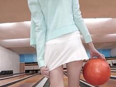 イタリアから来たブロンド美少女がノーパンミニスカでボーリング! おまけ...