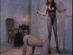 2人の女王様によるSMプレイでムチプレイされる奴隷男