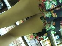 花柄スカートのお姉さんを盗撮! 前かがみになったところを逆さ撮り、パン...