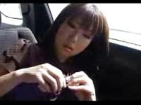走行中の車の中でギャルママの爆乳から母乳を採集する