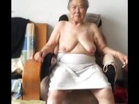 アジアのどこかで八十路高齢熟女が垂れ乳揉まれて嬉しそう!