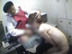 悪徳店長が万引きした貧乳娘を全裸にしてセクハラ猥褻折檻