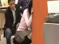 図書館で声も出せず糸引くほど愛液が溢れ出す女子大生が痴漢されて…