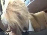外人 海外のスクールバス内で皆に気が付かれないように金髪JKが男性とHな...