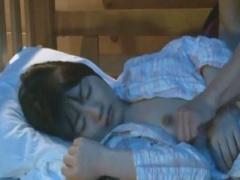 夜這いレイプ 美少女姉妹がノーブラパジャマで寝てるから姉を犯してたら上...