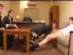 美人秘書に人前でところかまわずフェラさせる男。