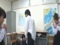 閲覧注意 キレた教師が女生徒に性的体罰始めて教室中阿鼻叫喚