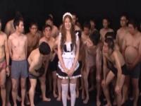 メイドコスプレ着衣で登場すると背後に群がるおじさん達がwww