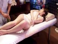 媚薬オイルを塗った美女が放置中にオナニーでオシッコを漏らす!