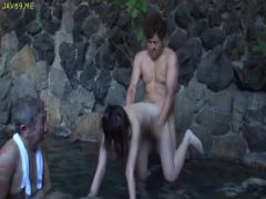 露天風呂でまわりに人が居るのに人妻がセックスしちゃう! !