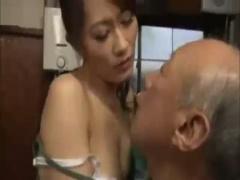 近親相姦 老齢の義父に口移しで食事をさせると体を触られて感じてしまいパ...