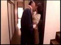 人妻近親相姦 剣道が趣味のめっちゃ美人な巨乳人妻さんが剣道の師範の義父...