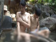 久々の家族水入らずの温泉旅行で巨乳姉と混浴することになり思わず勃起し...