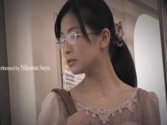 バスで痴漢されるメガネのお姉さん動画