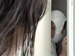 女子校生 変態仮面現るwww 女子更衣室に侵入し、スク水美少女のオナニーを...