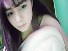 ライブチャット 無修正 チャイナ系美少女がベッドの上でおま〇こ丸見えオ...
