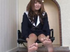 くすぐり 制服JKちゃんのくすぐり! 椅子に座って足をバタバタパンツがちらり!