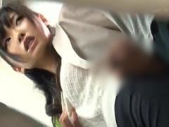 美尻のエロいお姉さんが電車内でチ○コを握りしめ手コキや尻コキする痴女な...