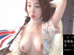 韓国人ライブ 色白巨乳女の子が大胆M字開脚でオナニーしちゃう