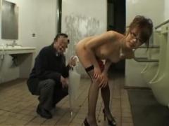 素人妻 ド変態美熟女を性奴隷調教! 夜のトイレや公園でおっさん達に犯され...