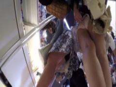 パンチラ 素人お姉さんの逆さ撮りスカートめくり盗撮! まさかのパンツを裏...