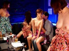 Fカップ爆乳AV女優が在籍してるおっぱいパブでみんなに内緒の挿入セックス!