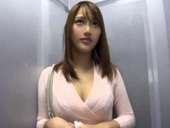 スレンダー巨乳なヤリマンお姉さんが素人男性宅に中出し派遣!