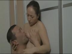妻は夫に見られていることをしりながら男の肉棒を膣奥に咥えこむ変態妻