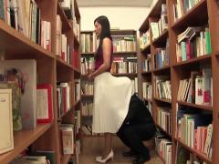 静かな図書館でロングスカートを履いた奥様のスカートに潜り込んで痴漢する