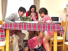 母親と息子が机の下でこっそり近親相姦ゲーム