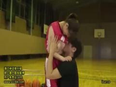 21歳バスケ歴12年の現役アスリートのバスケ美少女が体育館でユニフォーム...