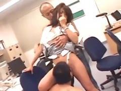 美人OLが会社のオフィスで男性二人に気持ちよくされちゃう3Pセックス