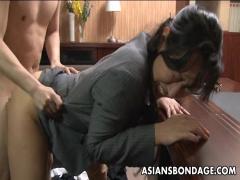 社長室で部下にマ〇コを舐めさせバックでチ〇ポを受け入れる熟女な女社長!