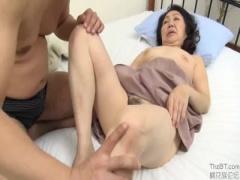 還暦のおばさんが甥っ子の朝勃ちに興奮して禁断セックス!