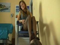 M男を黒パンスト脚責めをする美脚外人美女お姉さんの動画