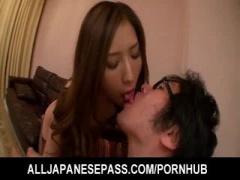 椎名ゆなちゃんと寄り添ってキス責めされ勃起全開のM男動画