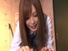 にこやかな笑顔でとても可愛い制服JKに手コキされるM男動画