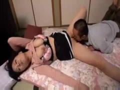爆乳熟女 義母のムチムチとした巨乳な身体に欲情してしまったので義母に抜...