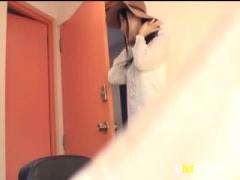 S級美少女 葵つかさちゃんが、インタビュー撮影に臨んでいたら、背後から...