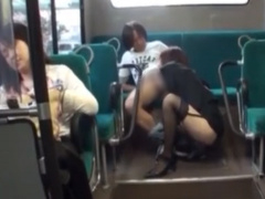 椎名ひかる ♀ ホントはこういうの好きなんでしょ  バスの後部座席で痴女ガ...