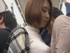 M男を電車で手袋手コキ&フェラチオ逆痴漢する痴女動画